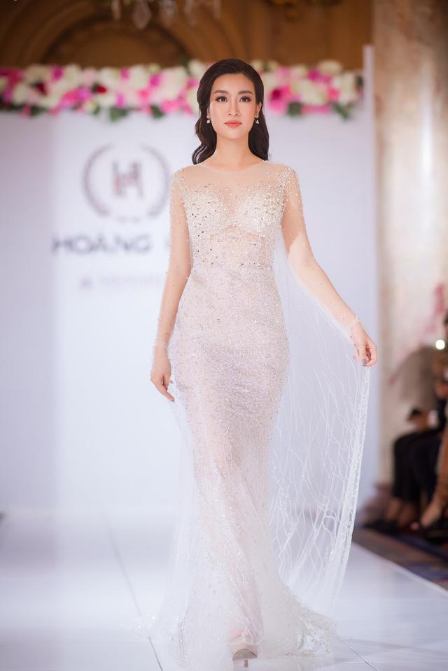 4. Hoa hậu Đỗ Mỹ Linh đẹp thanh khiết trong sắc trắng tinh khôi